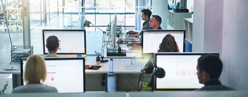 6 Büroangestellte bei der Arbeit